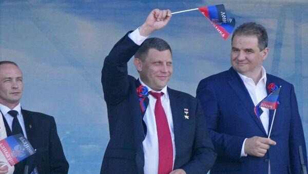 Глава Донецкой народной республики Александр Захарченко (в центре) на праздничном мероприятии в честь Дня Республики в Донецке