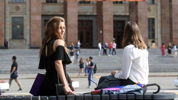Студентки у Московского государственного университета на традиционном празднике День первокурсника. 1 сентября 2018