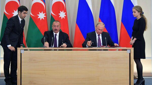 Президент РФ Владимир Путин и президент Азербайджана Ильхам Алиев на церемонии подписания ряда межправительственных и межведомственных документов. 1 сентября 2018
