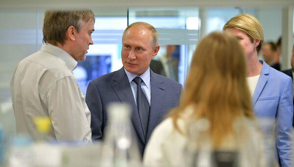 Президент РФ Владимир Путин во время посещения образовательного центра Сириус. 1 сентября 2018