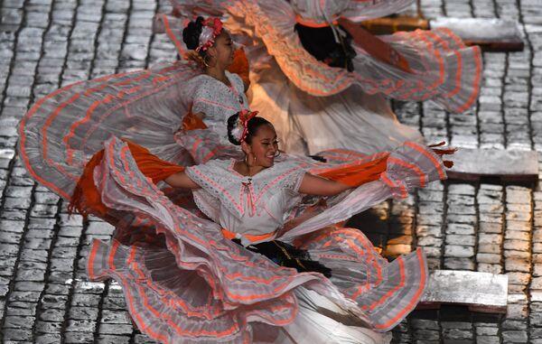 Творческий коллектив «Банда Монументаль» (Мексика) выступает на закрытии XI Международного военно-музыкального фестиваля Спасская башня