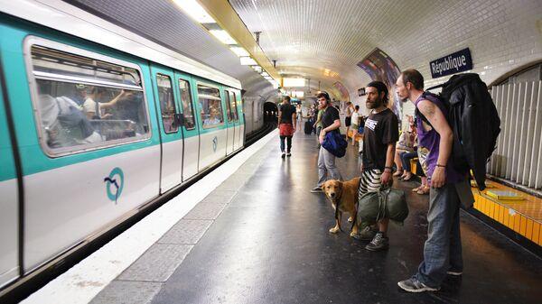 Пассажиры на станции Republique парижского метрополитена