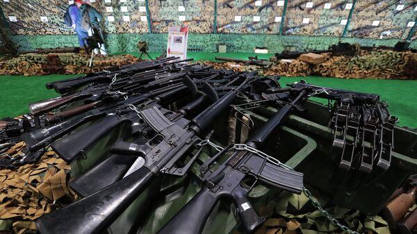 Стрелковое оружие, представленное на выставке оружия, захваченного у боевиков в Сирии