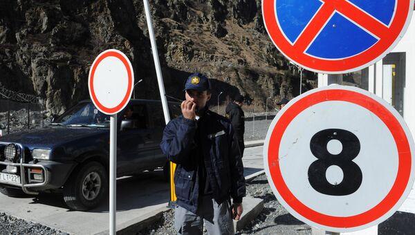 Сотрудники пограничной службы на пропускном пункте Верхний Ларс на грузино-российской границе