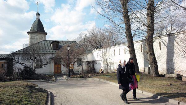 Монастырская трапезная на территории Спасо-Андроникова монастыря