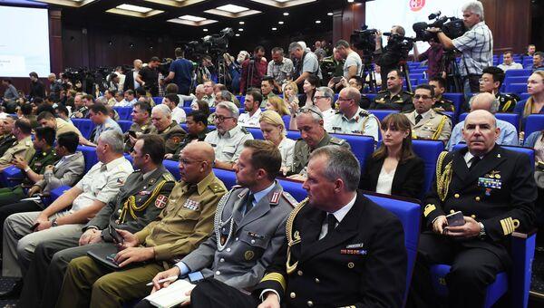 Участники во время брифинга для представителей военно-дипломатического корпуса иностранных государств, аккредитованных в России по учениям Восток-2018. 6 сентября 2018