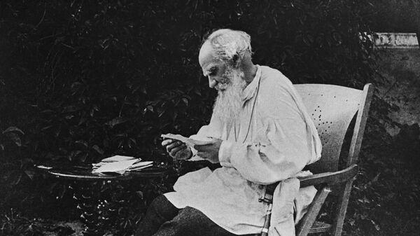 Русский писатель Лев Николаевич Толстой разбирает утреннюю почту. Мещерское Московской губернии, 1910 год