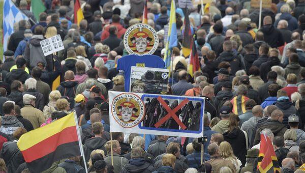 Активисты движения PEGIDA Патриотические европейцы против исламизации Запада во время митинга в Дрездене. Архивное фото