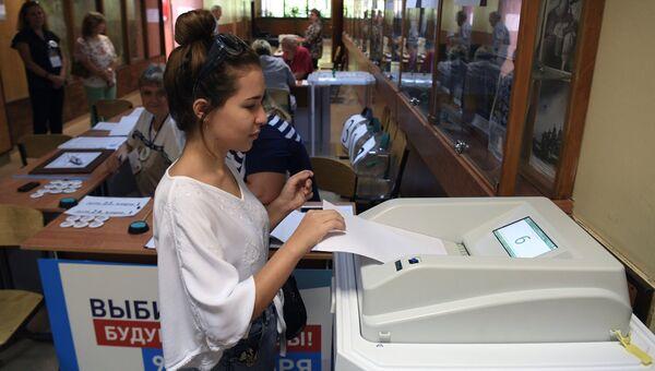 Избирательница в единый день голосования на избирательном участке в Москве