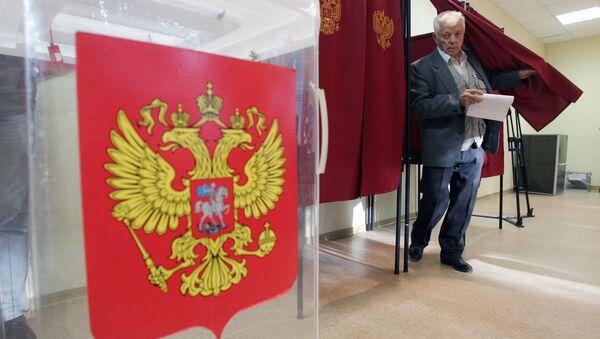 Избиратель голосует на своем избирательном участке. Архивное фото