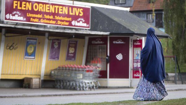 Женщина перед супермаркетом во Флене, Швеция