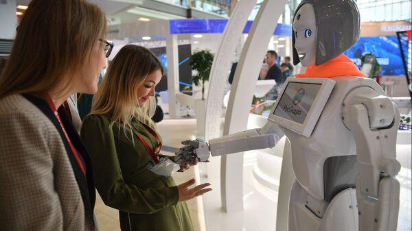 Посетители осматривают робота-помощника на стенде ПАО «Русгидро» на площадке IV Восточного экономического форума во Владивостоке. Архивное фото