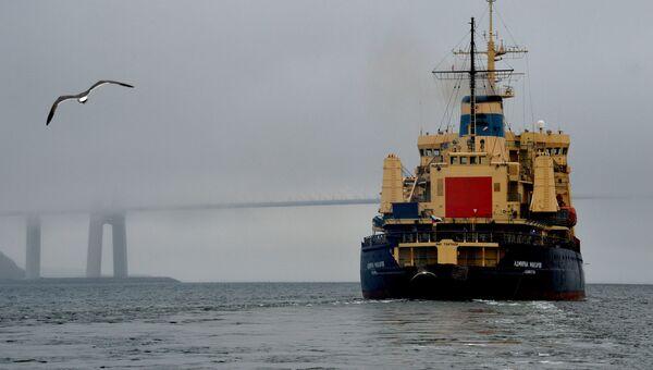 Ледокол Адмирал Макаров в проливе Босфор Восточный во время ухода в рейс по обеспечению летней навигации на трассе Северного морского пути (СМП) в восточном районе Арктики. Архивное фото