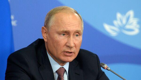 Президент РФ Владимир Путин на на IV Восточном экономическом форуме