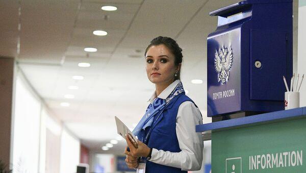 Девушка у стойки информации на площадке IV Восточного экономического форума