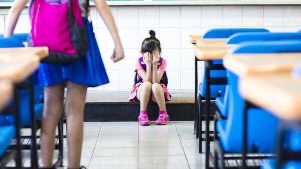 Маленькая девочка подвергается издевательствам в школьном классе