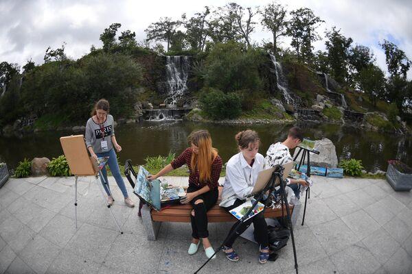 Художники у водопада в дни проведения Восточного экономического форума во Владивостоке
