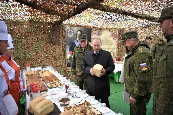 Верховный главнокомандующий ВС РФ, президент РФ Владимир Путин во время осмотра полевой кухни на полигоне Цугол в Забайкальском крае