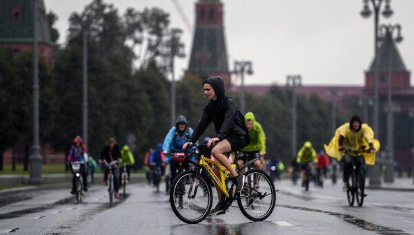 Участники осеннего Московского Велопарада. Архивное фото