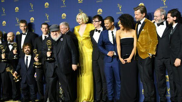 Джордж Р.Р. Мартин и актерский состав Игры престолов премией в категории Лучший драматический сериал на 70-й церемонии вручения премий Эмми в театре Microsoft в Лос-Анджелесе, Калифорния. 17 сентября 2018