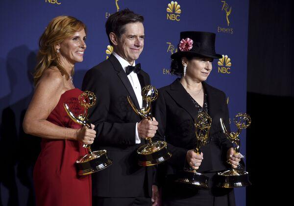 Шейла Лоуренс, Дэниэл Палладино и Эми Шерман-Палладино с наградами за Лучший комедийный сериал во время 70-й церемонии вручения награды Primetime Emmy Award в Лос-Анджелесе