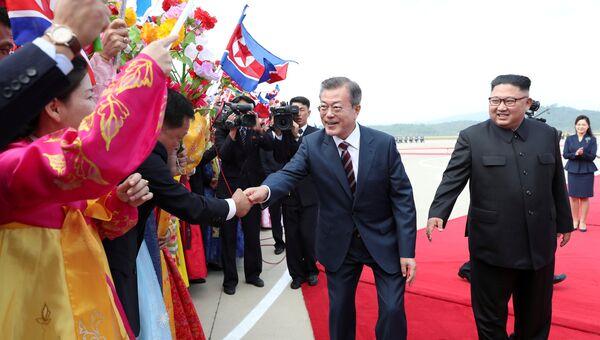 Президент Южной Кореи Мун Чжэ Ин и лидер Северной Кореи Ким Чен Ын на официальной церемонии приветствия в Международном аэропорту Пхеньяна. 18 сентября 2018