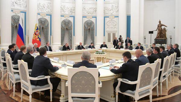 Президент РФ Владимир Путин во время встречи с главами субъектов РФ, победившими на выборах 9 сентября 2018 года. 18 сентября 2018
