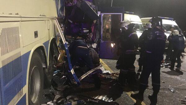 Сотрудники МЧС и медики на месте столкновения двух автобусов на трассе М-4 Дон
