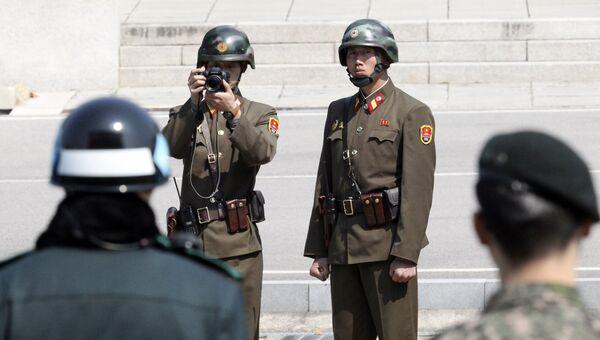 Военнослужащие КНДР и Южной Кореи на территории пограничного пункта Пханмунджом. Архивное фото