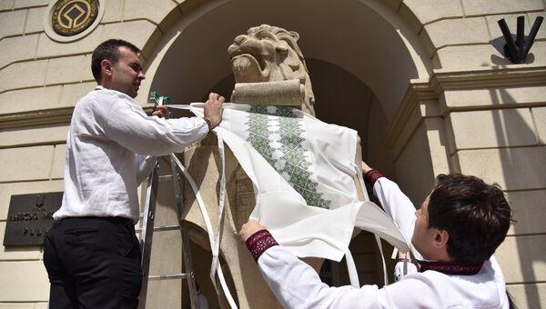 Львов на фасаде Львовской областной рады украсили в День вышиванки. Архивное фото