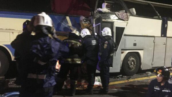 Сотрудники МЧС на месте столкновения двух автобусов на трассе М-4 Дон