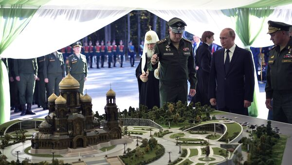 Президент РФ Владимир Путин во время осмотра макета будущего главного храма Вооружённых сил РФ, который будет построен на территории военно-патриотического парка «Патриот»