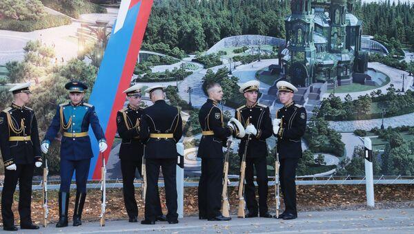 Военнослужащие перед началом церемонии освящения закладного камня главного храма Вооруженных Сил РФ в парке Патриот