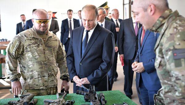 Президент РФ Владимир Путин во время посещения стрелкового центра АО Концерн Калашников на территории военно-патриотического парка Патриот. 19 сентября 2018
