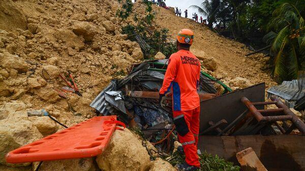 Спасатели на месте схода оползня на Филиппинах