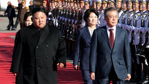 Лидер КНДР Ким Чен Ын и президент Южной Кореи Мун Чжэ Ин в аэропорту в окрестностях горы Пэктусан. 20 сентября 2018