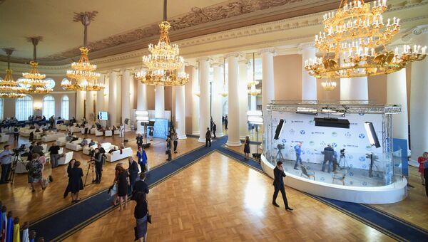 Посетители на Втором Евразийском женском форуме в Санкт-Петербурге