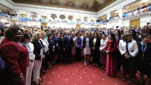 Президент РФ Владимир Путин и участницы второго Евразийского женского форума в Таврическом дворце в Санкт-Петербурге. 20 сентября 2018