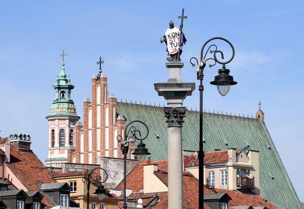 Памятник королю Сигизмунду III в футболке с надписью конституция на площади перед Королевским дворцом в Варшаве. 17 сентября 2018 года
