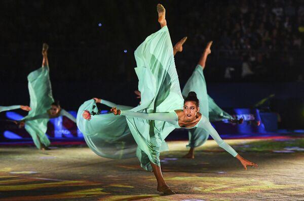 Спортсменки сборной Италии во время показательных выступлений на Гала-концерте чемпионата мира по художественной гимнастике в Софии