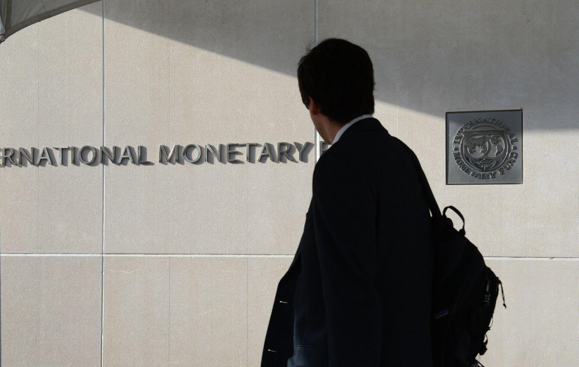 Мужчина у здания Международного валютного фонда в Вашингтоне - РИА Новости, 1920, 04.12.2020