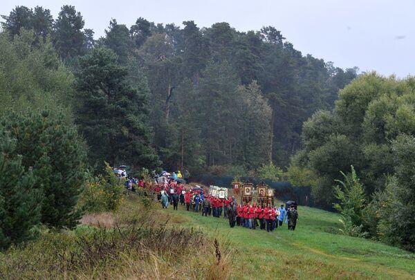 Участники VII Елисаветинского крестного хода направляются из села Ильинское в село Усово