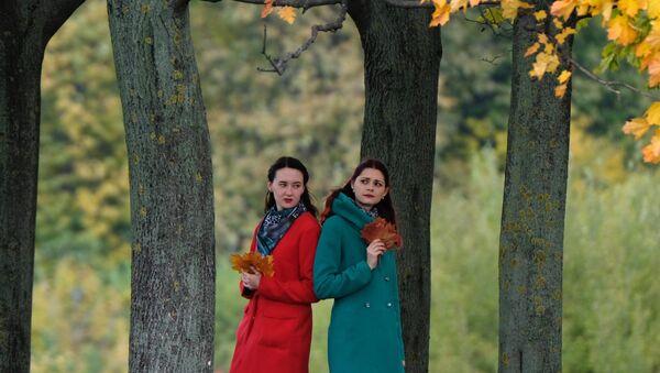 Девушки в Коломенском парке в Москве. Архивное фото