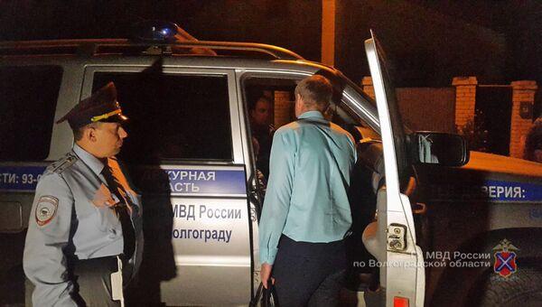 Сотрудники правоохранительных органов Волгоградской области во время спецоперации по освобождению женщины и ее 6-летнего сына