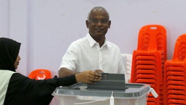 Кандидат от оппозиции Ибрахим Мохамед Солих голосует на выборах президента Мальдив. 23 сентября 2018