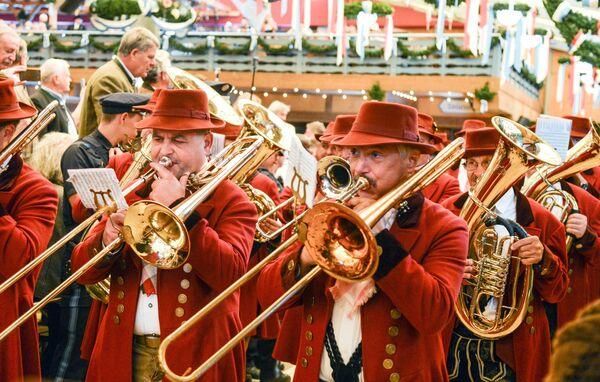 Оркестр на открытии традиционного пивного фестиваля Октоберфест в Мюнхене
