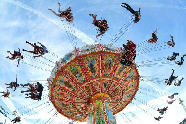Посетители катаются на аттракционе на открытии традиционного пивного фестиваля Октоберфест в Мюнхене