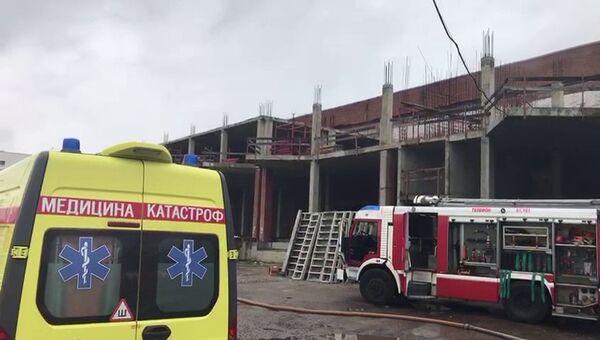 Автомобили экстренных служб на месте пожара на складе в городском округе Мытищи Московской области. 24 сентября 2018