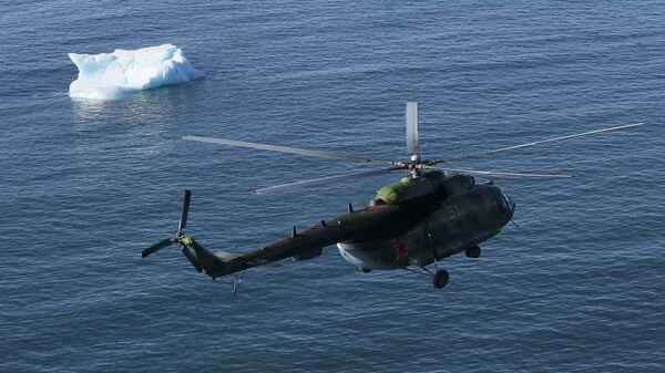 Экспедиционный вертолет над Северным Ледовитым океаном