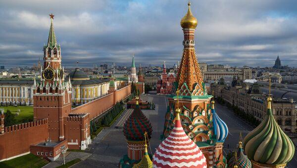 На первом плане купола Храма Василия Блаженного на Красной площади в Москве. Архивное фото